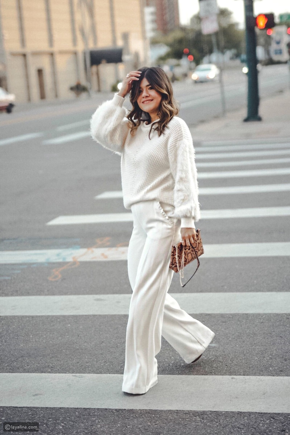 بنطال واسع wide-leg trousers مع كنزة ضخمة
